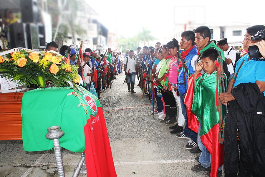 La guardia indígena con sus bastones le hicieron un homenaje a Javier Oteca en la Audiencia pública